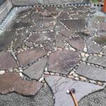sandsteinplatten mit gerundetem kies als fugenfueller, terrassenflaeche