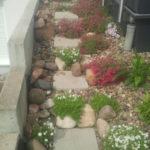provisorische treppe aus trittplatten mit bepflanzung