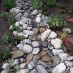 wasser im Garten - wasserlauf in kiesflaeche