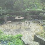 naturnaher garten natursteinweg mit sitzplatz