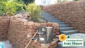 Vorgarten-Umgestaltung mit Stützmauern und Treppenanlage