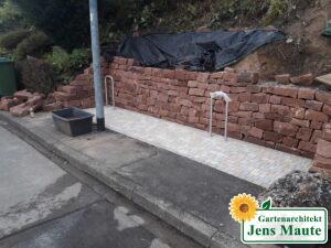 Stützmauer aus Sandstein für Hangabfang und Erstellung eines Fahrradstellplatzes