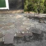 Terrasse aus Sandsteinplatten und Kieselsteinen Maute