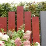 Sichtschutz aus aufgestellten farbigen Holzbohlen