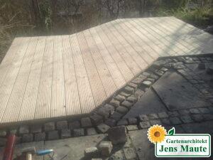 Vergrößerung einer Terrasse durch Herstellung eines Holzdecks