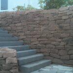 Treppen und Trockenmauer aus Sandstein